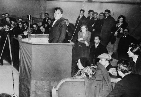 Willi Münzenberg spricht am 3. März 1932 im Berliner Sportpalast auf einem Kongress der Internationalen Arbeiterhilfe.